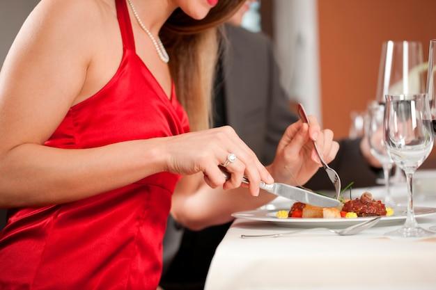 レストランで夕食を持っているカップル