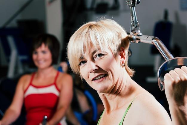 年配の女性がジムで運動