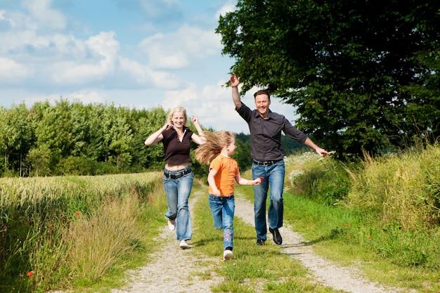 散歩で遊ぶ家族
