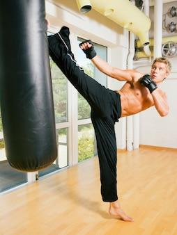 格闘技キックをしている男