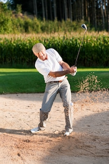 サンドトラップのシニアゴルフプレーヤー
