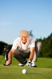ボールを見てシニアゴルフプレーヤー