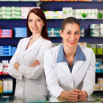 薬局のアシスタントと薬剤師