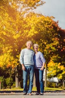 秋の公園で高齢者