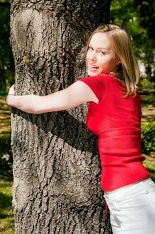 木を抱きしめる少女