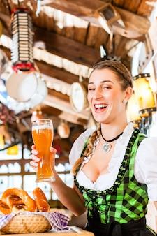 バイエルンの女性が小麦ビールを飲む