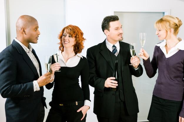 グループで乾杯
