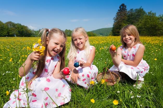 イースターエッグの子供たちが卵を狩る