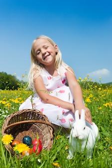 ウサギを持つ少女
