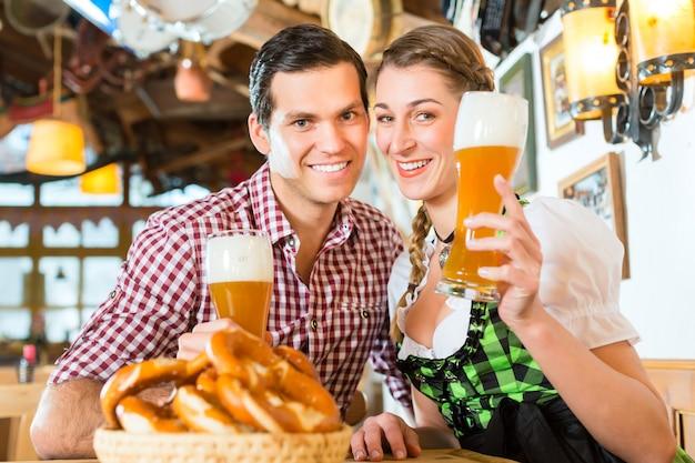 バイエルンレストランで小麦ビールを飲むカップル