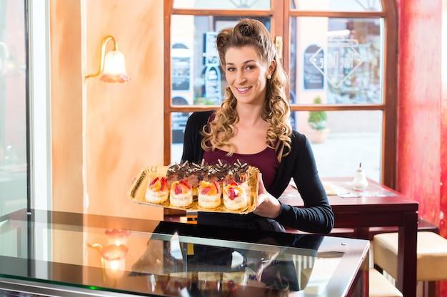 菓子の女性パン屋