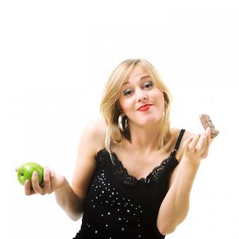 チョコレートとリンゴを持つ女性
