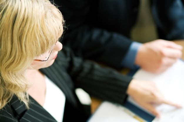 会議の女性マネージャー