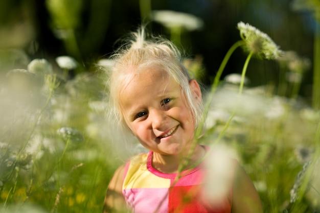 花畑の真ん中に女の子