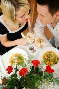 ロマンチックなディナーを持っているカップル