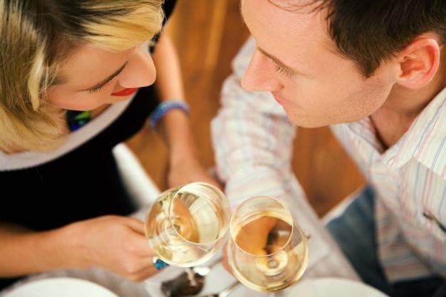 ワインを持っているカップル