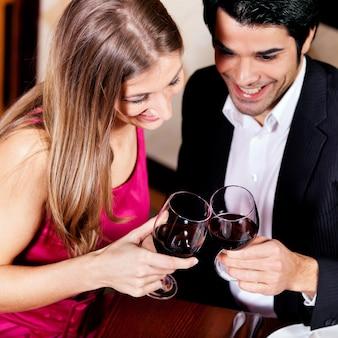 赤ワインをチリンと飲むカップル