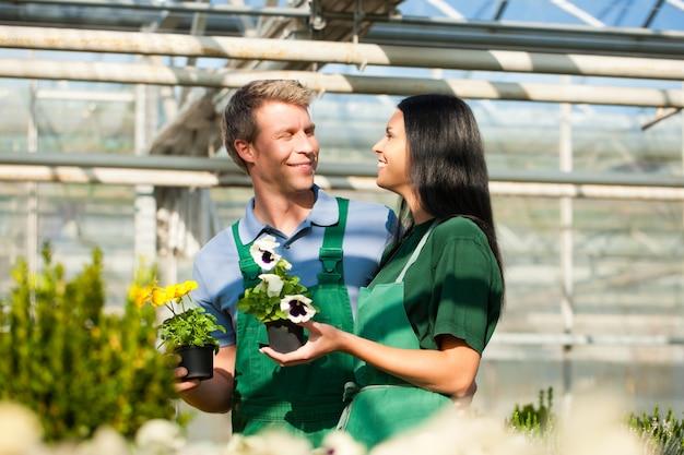 市場の庭の女性と男性の庭師
