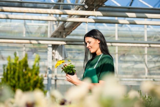 市場の庭の女性庭師