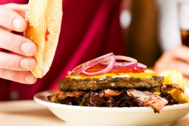 レストランでハンバーガー