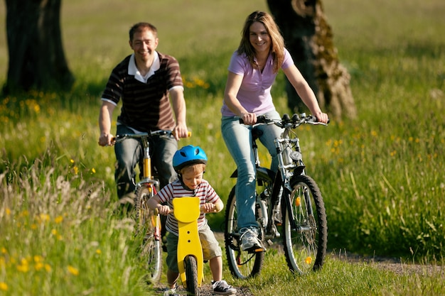 夏に自転車に乗る家族