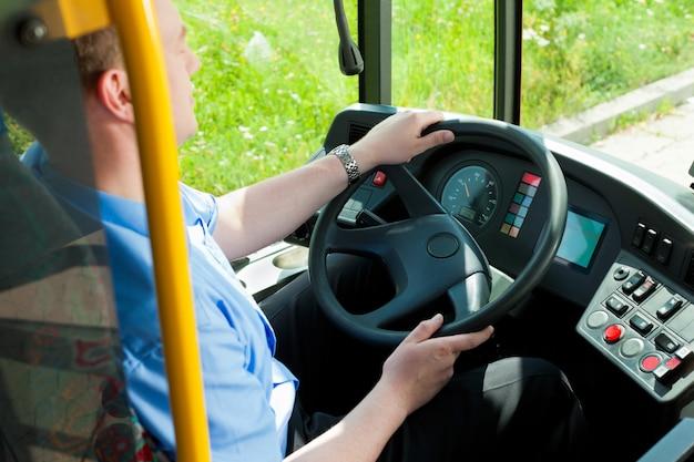 Водитель сидит в своем автобусе