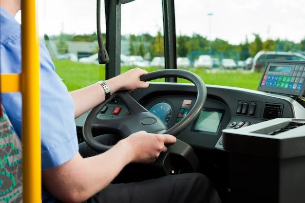 Водитель сидит в автобусе