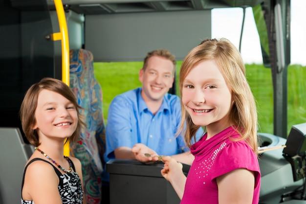 バスの運転手とバスの中で女の子