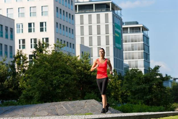 街でジョギングの女性