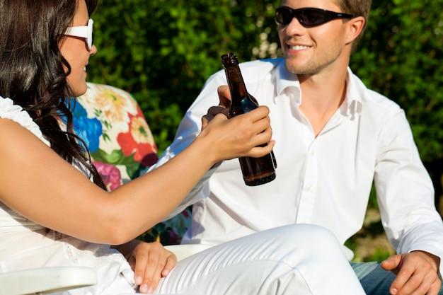 サングラスビールで乾杯と幸せなカップル