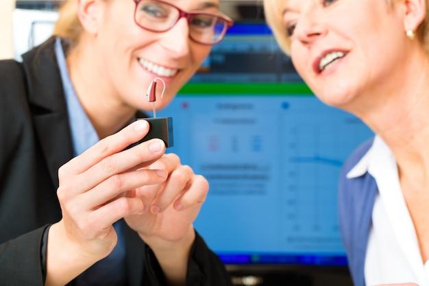 聴覚障害者の女性が聴力検査を行います