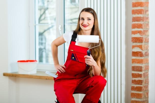 彼女のアパートを改装する女性