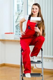 Женщина ремонтирует свою квартиру