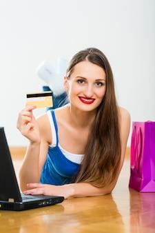 Молодая женщина покупает в интернете