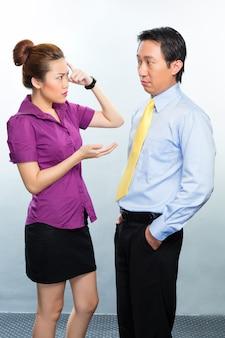 同僚の間のアジアの営業所の危機