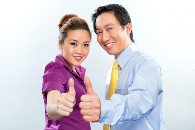 アジアのビジネスオフィスでやる気のある同僚