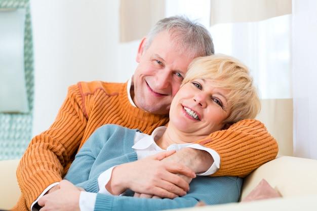 Пожилые люди все еще влюблены после всех этих лет