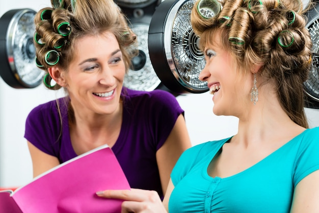 Женщины в парикмахерской с феном