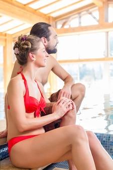 Пара отдыхает вместе в оздоровительном спа-бассейне