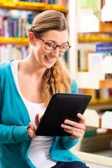 タブレットコンピューターで図書館学習の学生