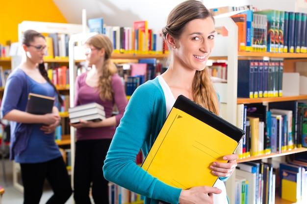図書館で学ぶ学生