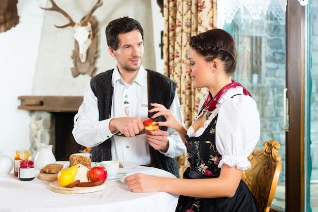 ハンターのキャビンを食べる若いカップル
