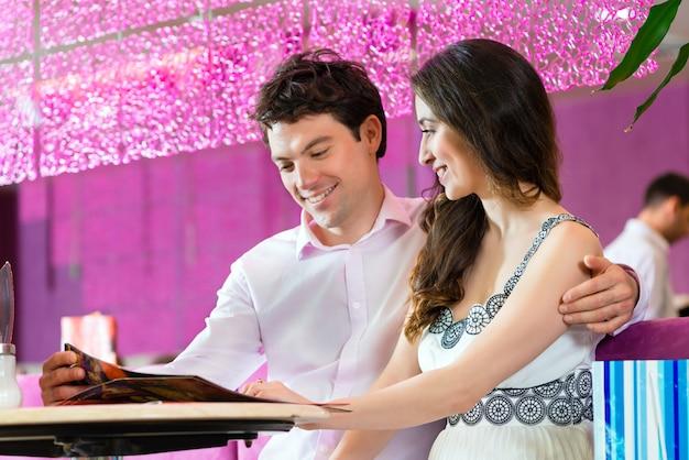Молодая пара наслаждается своим временем в кафе-мороженое