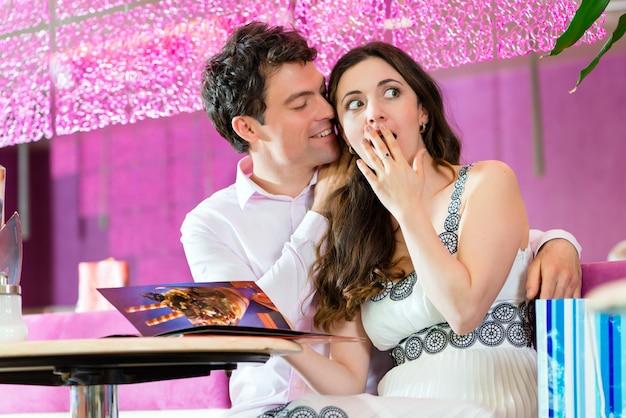 Молодая пара наслаждается время в кафе-мороженое