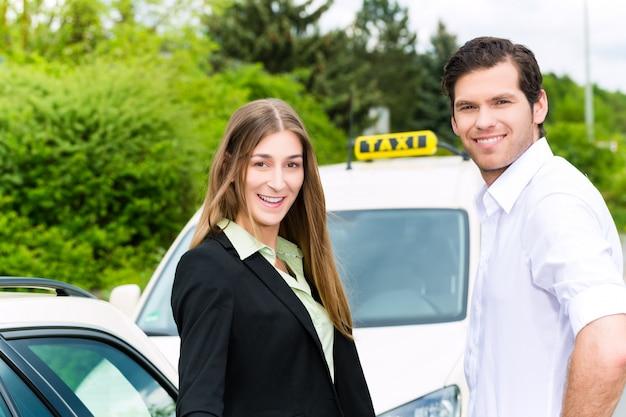 Водитель в пассажирском перед такси