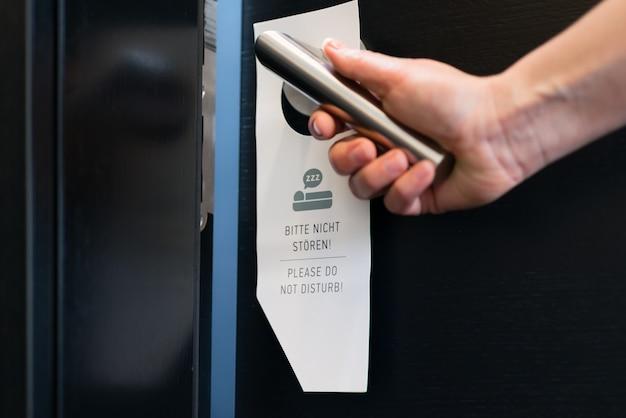 ホテルの部屋のドアのサインを邪魔しないでください