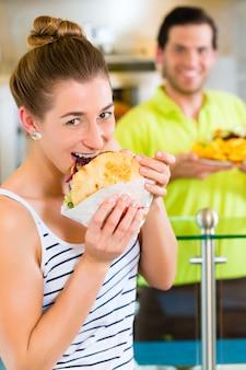ケバブ-新鮮な食材を使ったお客様と熱いドナー