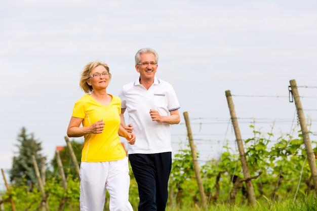 Пожилые люди бегают на природе занимаются спортом