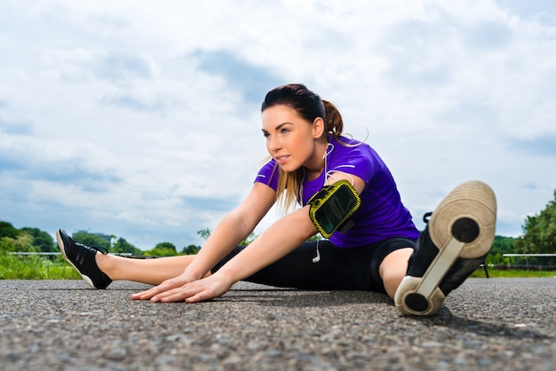 屋外スポーツ-公園でフィットネスを行う若い女性