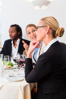 Команда деловых людей обедают